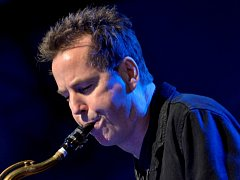 Britský saxofonista, skladatel a producent Ian Ritchie.