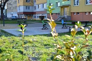 Dokončili zatraktivnění plochy mezi ulicí Na Hraničkách a Sídlištěm Osvobození.