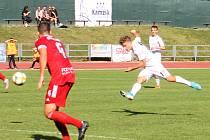 V 8. kole Moravskoslezské ligy vyhráli fotbalisté MFK Vyškov (bílé dresy) nad FC Velké Meziříčí 2:0.