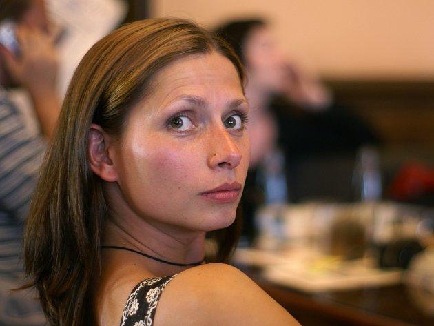 Z vyškovské střední zdravotnické školy se dostala až na pražskou DAMU – do ročníku vedeného i Borisem Rösnerem. Deset let pak Gabriela Míčová spojila s Divadlem Komedie.