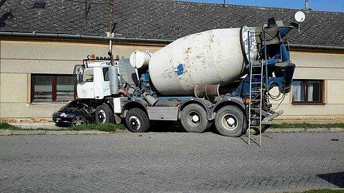 Evakuaci obyvatelky domu si vyžádala v úterý krátce před polednem dopravní nehoda v Brankovicích.