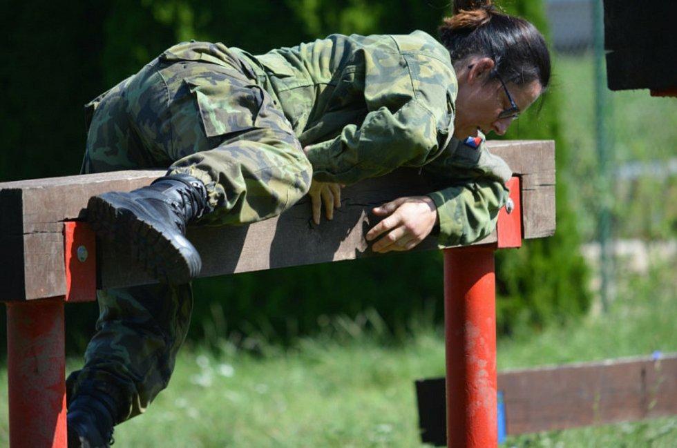 Přes šest set můžu a žen dosáhlo po náročném výcviku svého cíle.