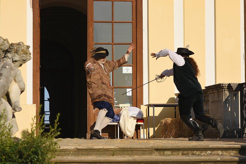 Divadelní představení na motivy románu Alexandra Dumase Tři mušketýři mohli sledovat diváci v zámeckém parku ve Slavkově.