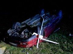 Opilý řidič otočil ve Vyškově - Předměstí auto na střechu.