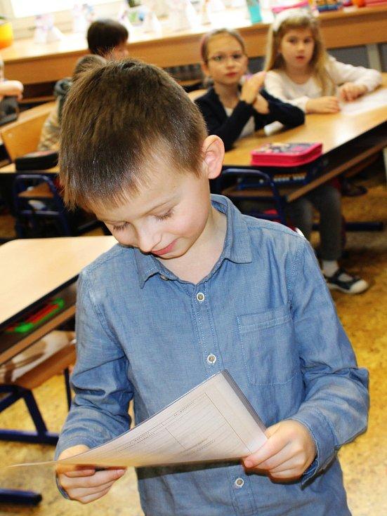 Své první vysvědčení ve středu dostali také žáci 1.B Základní školy Nádražní ve Vyškově. Někteří si odnesli i diplomy.