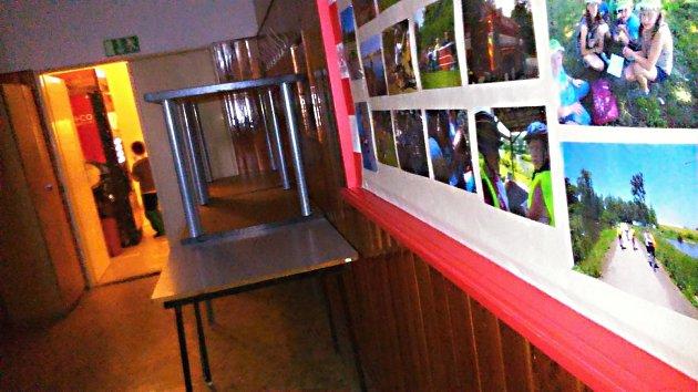 Malé šatny, starší vybavení a nedostačující zabezpečení. Někteří rodiče by uvítali velkou vnitřní rekonstrukci vyškovského Majáku. Nedostatek místa řešili třeba tím, že děti do kroužků převlékali na stolech. Jenže ty zatarasily jiné stoly.