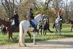 Jezdci a jezdkyně se shromáždili v zámeckém parku.