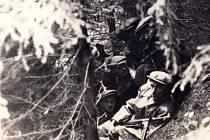 Partyzáni za války v lesním bunkru na Kabeláři na Boskovicku.