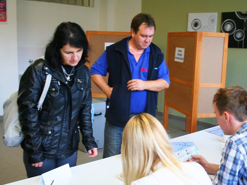 Stovky lidí už odvolily ve Slavkově u Brna.