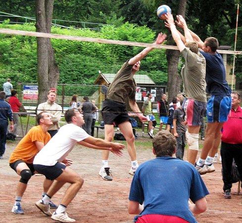Iligová družstva se zúčastní tradičního volejbalového turnaje Opohár Lulče na čtyřech antukových kurtech ukoupaliště ULibuše.
