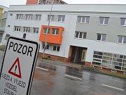 Obyvatelé největšího bytového domu ve Vyškově už dlouho marně čekají na nový chodník.