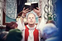 KNĚZ DOKUMENTARISTA. Duchovní služba je hlavní náplní jeho života, svůj čas však věnuje i tvorbě dokumentů. V současné době připravuje například snímek o nedávno zemřelém kamarádovi, ale také o vizionářích z Hané pojmenovaný Sochy.
