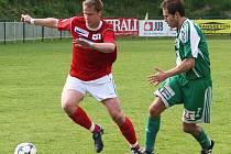 Souboj Bárta – Jirásek (vpravo v zeleném), na snímku z jarního zápasu v Bystrci, se v neděli nemůže opakovat. Naopak. Bárta se v létě vrátil do Dosty a může nastoupit proti svým bývalým spoluhráčům.
