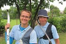 Patnáctiletý Jan Suchomel (na snímku vlevo) z Vyškova se věnuje sportovní lukostřelbě.