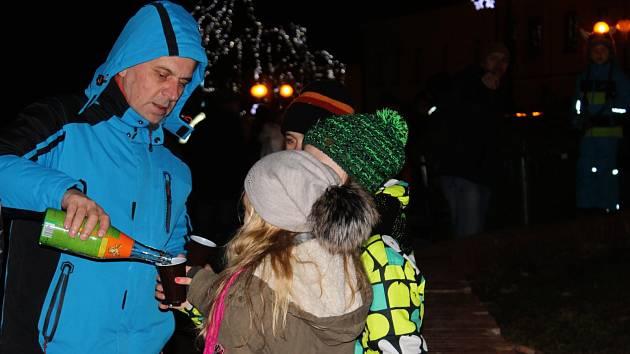 Na Palackého náměstí ve Slavkově u Brna si lidé vychutnali asi osmiminutový silvestrovský ohňostroj doplněný hudebním doprovodem.