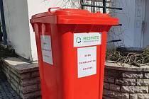Červený kontejner pro sběr bavlněných roušek a bavlněných látek je před Turistickým informačním centrem na Masarykově náměstí ve Vyškově.