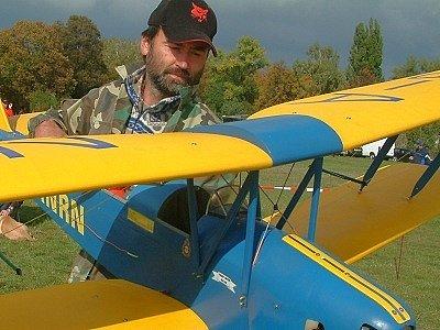 Letecký modelář Jan Komárik se svou chloubou, dvoumetrovým modelem dvojplošníku.