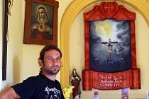 Vlastislav Peitl tvoří ve volném čase. Svými díly zdobí vyprázdněné památky v okolí Manerova.
