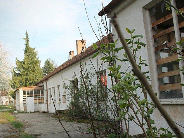 Zchátralý areál bývalých jeslí v Bučovicích.
