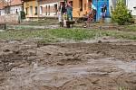 Po přívalovém dešti zaplavil Hodějice nános bahna.