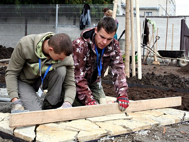 Budoucí zahradníci se v rámci soutěže Lipová ratolest pustili do úpravy plochy za Záložnou v Rousínově.