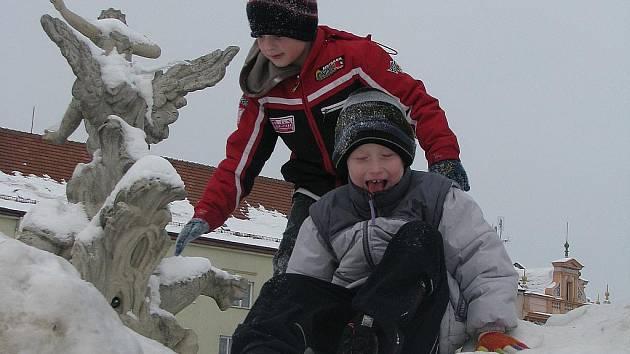 I ve městech jsou letos v zimě hory sněhu. Vyřádily se na nich třeba děti na Masarykově náměstí ve Vyškově.