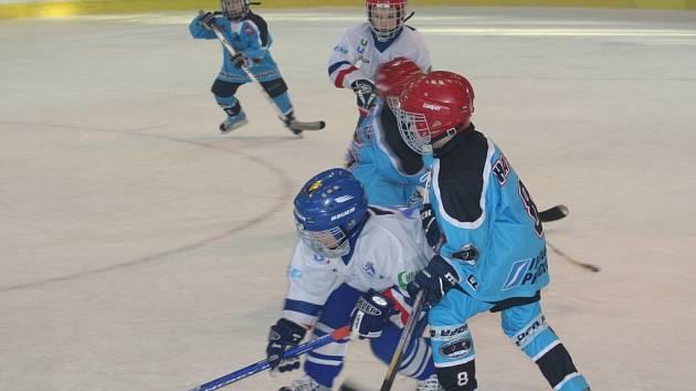 V právě uplynulém ročníku Jihomoravské ligy přípravek v minihokeji proti sobě nastupovali žáci třetích, druhých a prvních tříd i předškoláci.