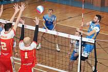 V obou prvních zápasech čtvrtfinále I. ligy volejbalisté Sokola Bučovice (modré dresy) porazili Spartak Velké Meziříčí a v sérii vedou 2:0.