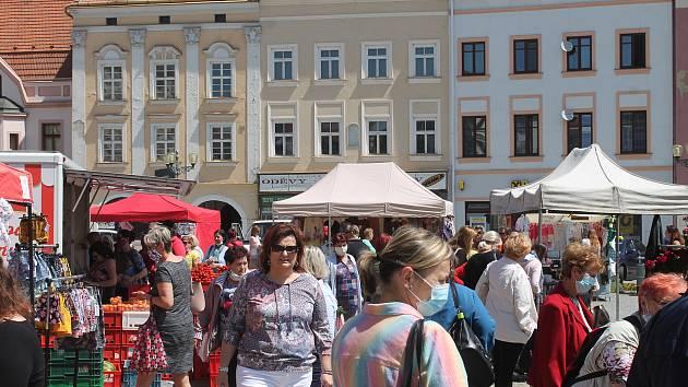 Ve středu byl o nabídku prodejců na Masarykově náměstí velký zájem.