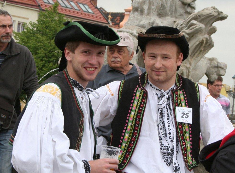 Folklórní soubory zatančily na vyškovském Masarykově náměstí Hanáckou besedu a vytvořily nový rekord v počtu zúčastněných.