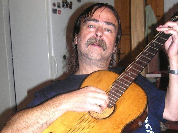 Folkový písničkář Slávek Janoušek.
