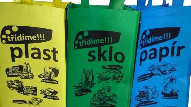 Někde už je dostali, jinde ještě vyčkávají. Jedno je jisté, tisíce barevných tašek míří na Vyškovsko. Mají motivovat lidi k třídění odpadu