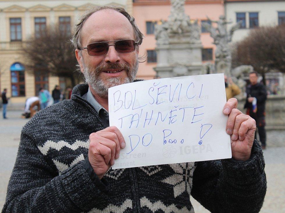 Nesouhlas s průjezdem amerických vojsk přes Českou republiku vyjadřují ve čtvrtek lidé na Masarykově náměstí ve Vyškově.