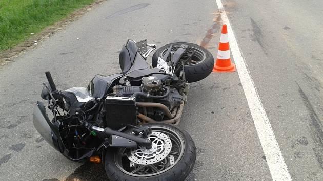 Těžkým zraněním motorkáře skončila pondělní srážka motocyklu a nákladního auta, která se stala kolem páté hodiny odpoledne v Bošovicích.