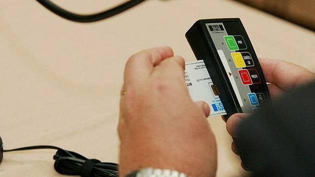 Elektronické hlasovací zařízení. Ilustrační fotografie.