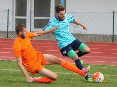 V předposledním kole krajského přeboru porazili fotbalisté Moravské Slavie Brno (modré dresy) Bučovice 5:1 a zachránili se v soutěži. Bučovice naopak sestupují.
