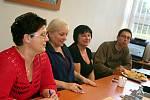 Členové volební komise v okrsku Březina čekají na své dva zapsané voliče.