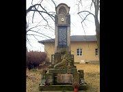 Pomník obětem první světové války v Bučovicích, na kterém zanechal své stopy zub času.