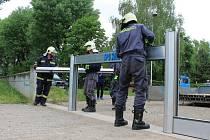 Celkem na tři místa vyrazili slavkovští hasiči, aby na nich cvičně instalovali protipovodňové stěny. První akci zahájili za sídlištěm Polní.