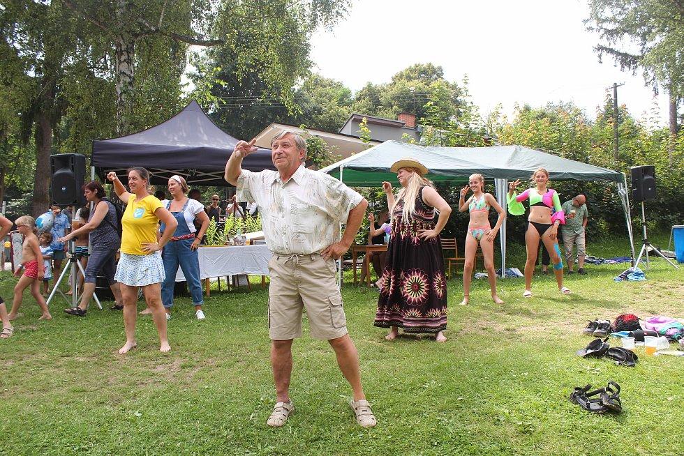 Vodomilové všech věkových kategorií zdolávali v sobotu odpoledne lávku na přírodním koupališti v Lulči na Vyškovsku. Letošní ročník zábavné soutěže se nesl ve znamení muzikálu Mamma Mia a skupiny ABBA.