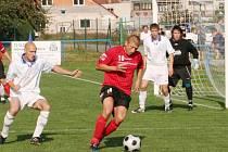 Ivanovický tahoun Olejníček (v červeném) v duelu s FC Veselí.