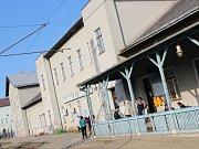 Na vyškovském vlakovém nádraží lidé kritizují jak vzhled budovy, tak například i nedostatek míst na sezení uvnitř.