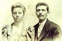 Předek Květy Ševčíkové Raimund Vymazal se svou ženou Boženou na sto let staré dobové fotografii.