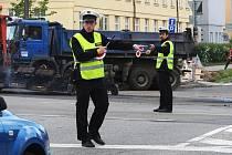 Rekonstrukce průtahu Vyškovem si v pondělí dopoledne vyžádala vypnutí semaforů na křižovatce ulic Nádražní a Brněnská. Dopravu místo světel řídili policisté.