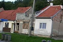 První a třetí dům na snímku bučovická radnice už koupila. Teď chce získat i ten mezi nimi a všechny tři srovnat se zemí.