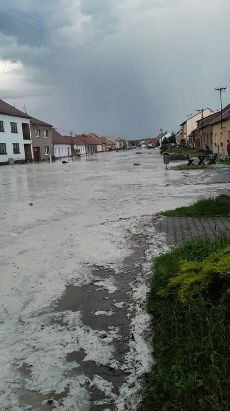 Přívalový déšť v Hodějicích na Vyškovsku. Obec v pátek večer zalila voda s bahnem z polí.