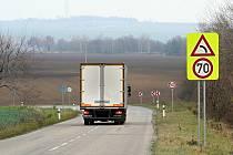 Řidiči podle odborníků nejsou schopní zpracovat velké množství dopravních značek a o to víc chybují. Z Vyškovska jich mizí desítky ročně.