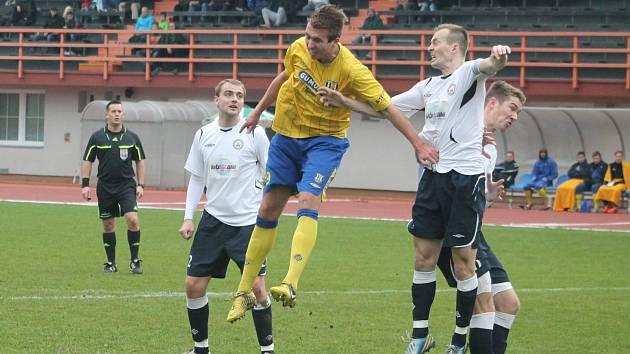 Hráči MFK Vyškov (v bílém) proti Břeclavi.