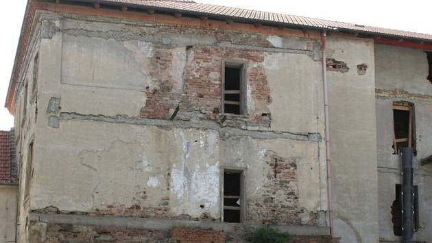 Rekonstrukce takzvaného Greplova domu na náměstí Československé armády ve Vyškově začala už před čtvrt rokem. První měsíc však dělníci jen vyklízeli ze zchátralé budovy suť a nepořádek.