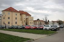 Parkoviště u hygieny ve Vyškově.